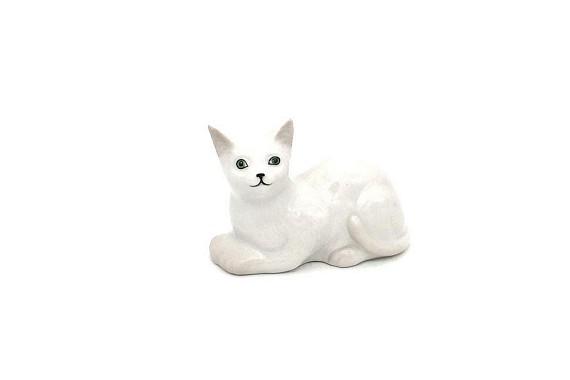 Кошка лежачая белая